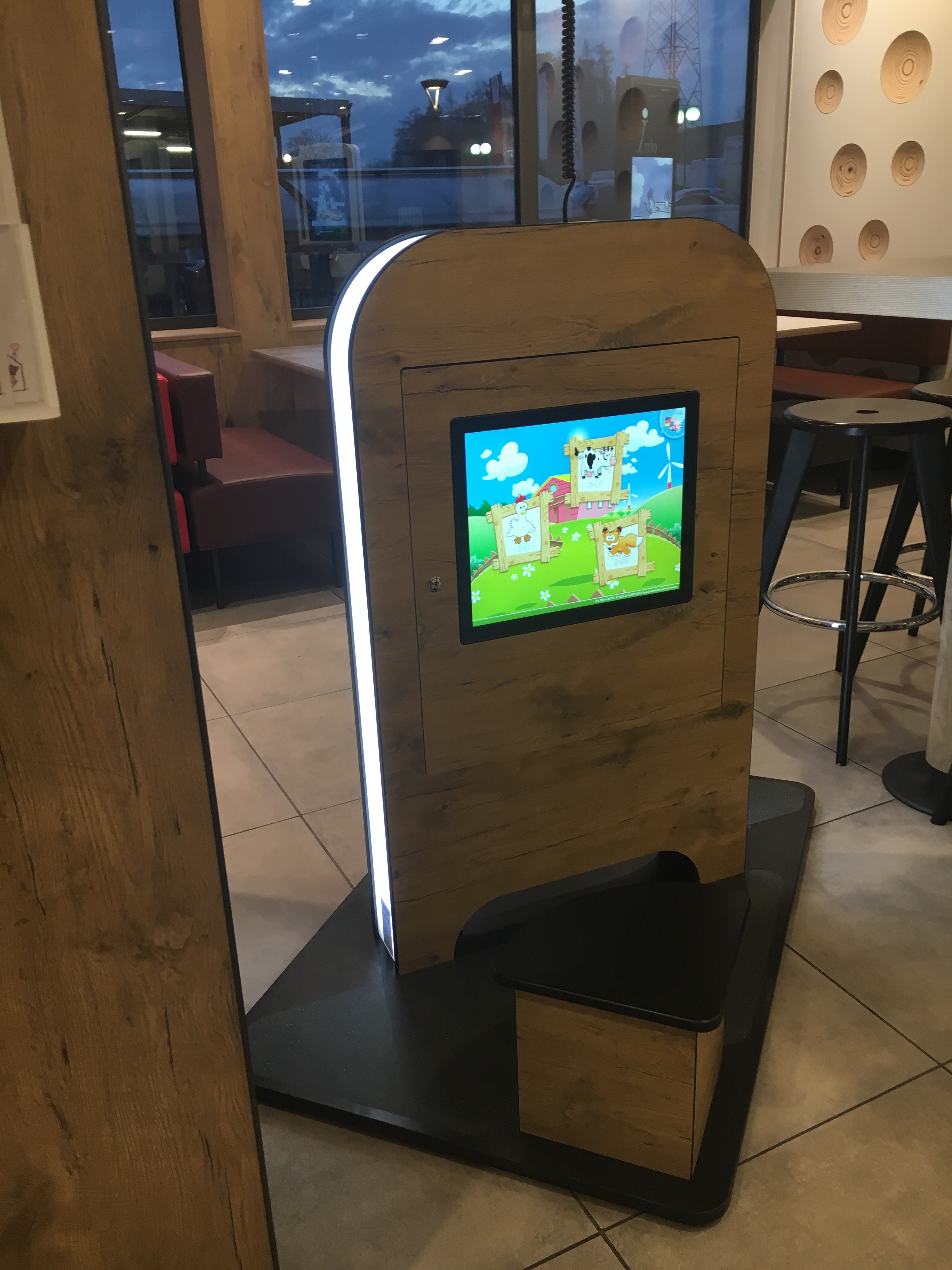 MyKidsCorner Deluxe 2 x zero-bezel touch screen with rustic-oak coating @ McDonalds Switzerland