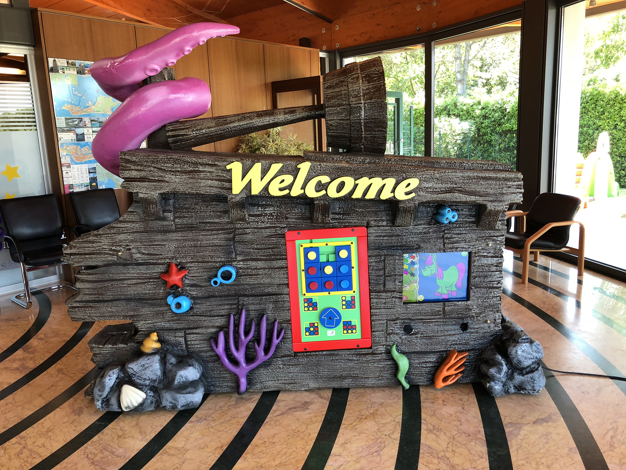 Welcome Moveable #reception in an #entrancehall of a #familyresort village with 2x #magicscreen and #keebee. Installation and themed frame structure made by 3e60.